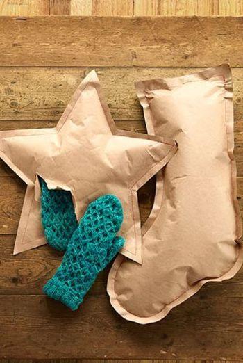 星型や長靴型のクラフト紙の端を縫い、プレゼントを閉じ込めました。「開けたくない!でも中身が気になる!」そんな気分になること間違いなし!空気を入れてふっくらと仕上げるのがポイントです。