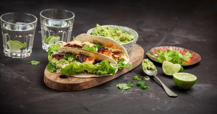 Oppskrift på en frisk taco med laks og chilimajones, toppet med koriander og avocado.