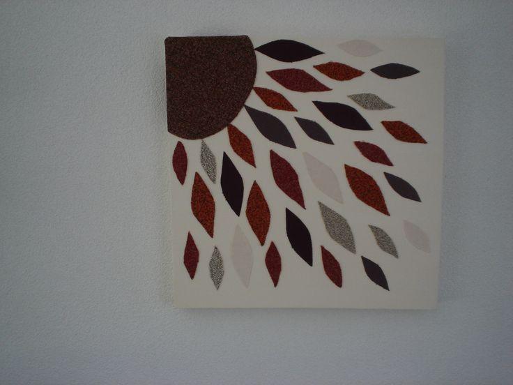 schilderij van stukjes vloerbedekking en meubelstof op canvas.
