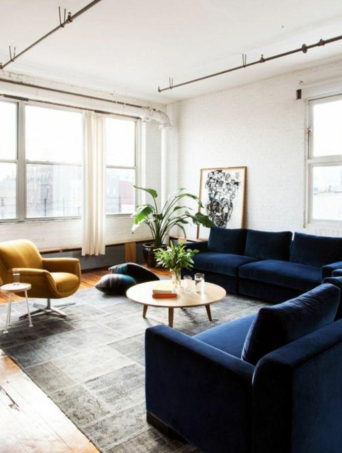 exemple salon scandinave blanc, tapis gris, canapé bleu marine et ...