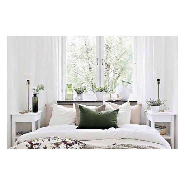 GOD MORGON! Äntligen fredag! Riktigt fint att möblera så att sängen står framför fönstret, då de vita gardinerna ramar in den härliga grönskan utanför... det blir en fin grön tavla 🌿 #moodhousehomestyling#teammoodhouse#bedroom#sovrum#inredning#interior#homesweethome#home#homedesign#homedecor#design#interior4all#fouremptywalls#homestyling#goodmorning#inredningsinspiration#interiorstyling#interiors#inspiration#apartment