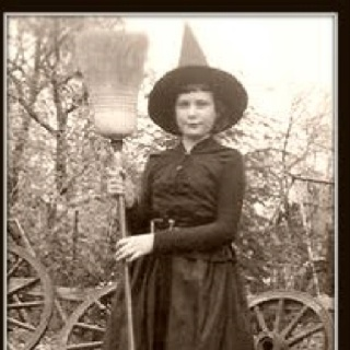 : Vintage Halloween, Halloween Photo, Halloween Costumes, Halloween Witch, Costumes Halloween, Witch Costumes, Vintage Photo, Vintage Witch, Happy Halloween