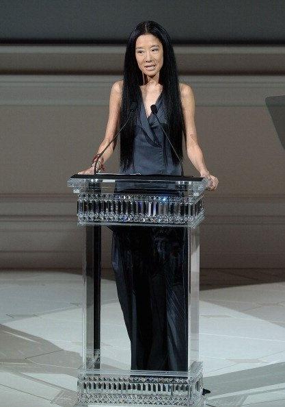 La diseñadora Vera Wang, reconocida por sus vestidos de novia, fue la ganadora del premio Geoffrey Beene a la trayectoria. Se lo entregó Ralph Lauren, en cuya firma ella trabajó durante dos años como directora del departamento de accesorios.