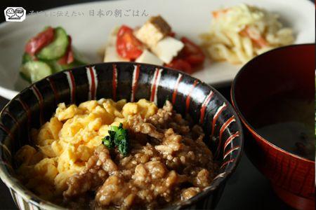 3色丼 - 鶏そぼろ,玉子,小松菜