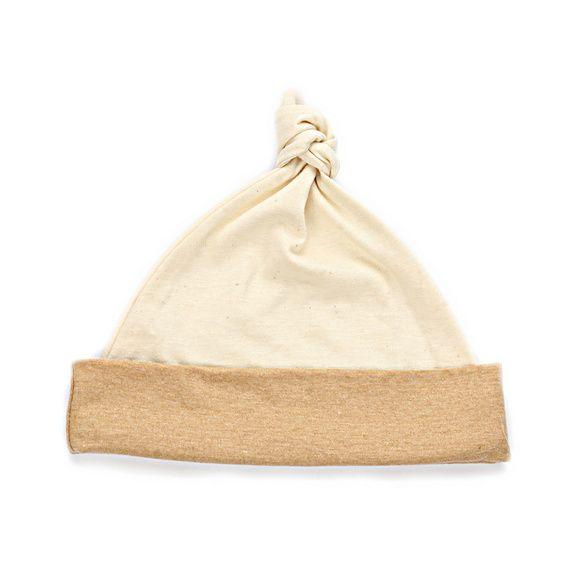 Gorro feito em algodão orgânico, sem tingimento, o algodão é colhido nessas cores. Ajustável à cabeça do bebê pelo nó.  Tamanho para recém nascido (aprox 32cm ) e para bebês maiores (até 45 cm).