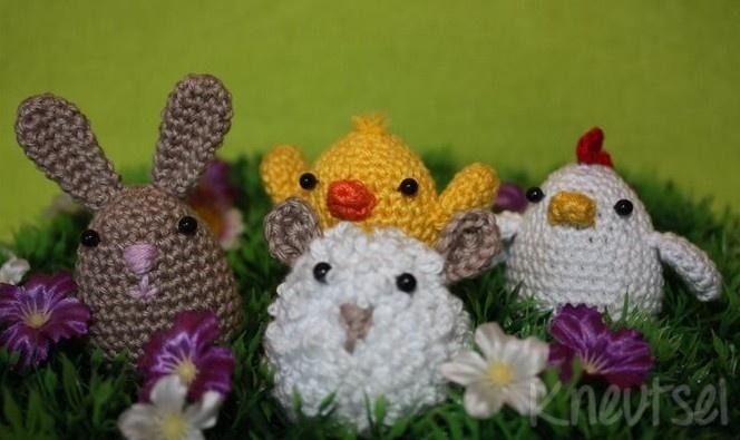 Gratis patroon om deze leuke paasei-diertjes zelf te haken; een paashaas, een kuiken, een kip en een schaapje. Het haakpatroon staat op kneutsel . blogspot . com