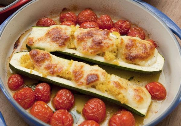 Mit Couscous gefüllte und überbackene Zucchini an Tomaten
