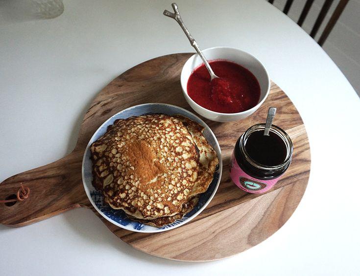 Glutenfria pannkakor med mandelmjöl och havremjöl. Barnen älskar dem! Servera med hemmagjord sylt. En perfekt frukost eller mellanmål!