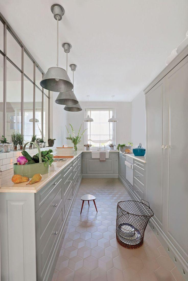 Nowoczesna kuchnia  w kolorze białym, fot. Rafał Lipski #nowoczesny #dom #wnętrza #salon #kuchnia #jadalnia #stół #meble #pomysły #stół #styl #Weranda #aranżacje #architektura #katalog #design #modern #interior #homedecor #white #style #kitchen #living #room #table #ideas #diy