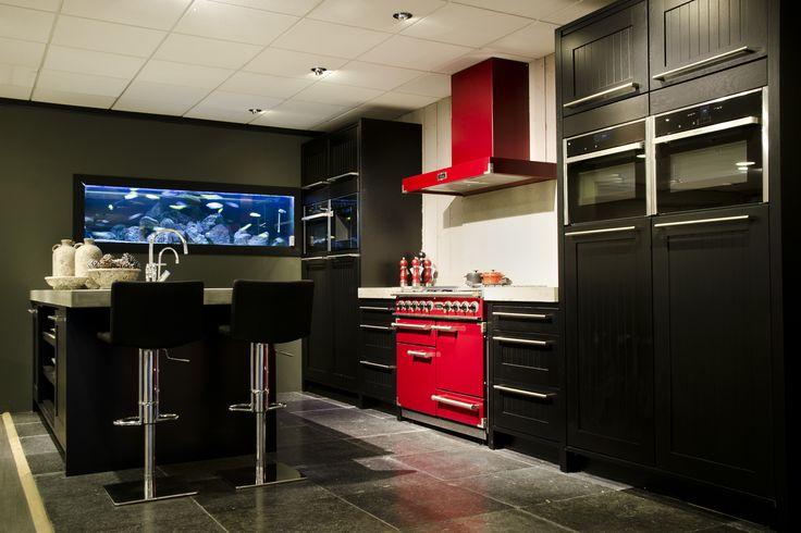 Zwarte houten keuken, 5 meter wandopstelling,met apart werkeiland voorzien van betonnen blad, 3 meter, 1,20 diep. prijs € 7950.- exclusief apparatuur, en oven