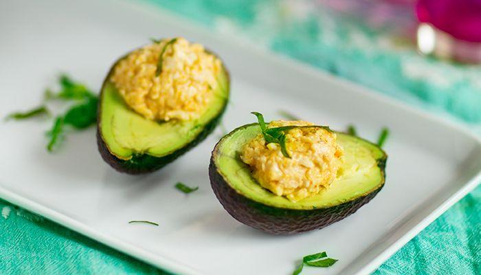 Deviled eggs är en amerikansk klassiker som består av fyllda ägg. Här har vi gjort en helgrön variant på avokado. Perfekt på påskbordet eller som en lätt lunch.