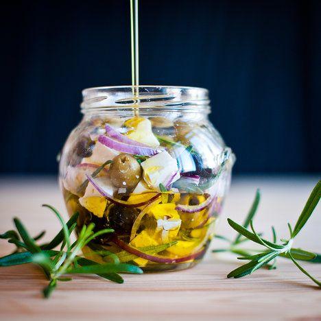 Středomořské chuti v jedné skleničce.. Marinovaná feta s olivami a rozmarýnem