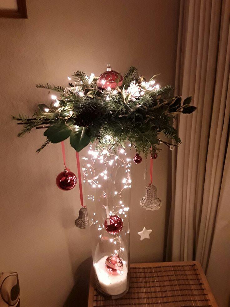 Kerststuk op hoge vaas gemaakt