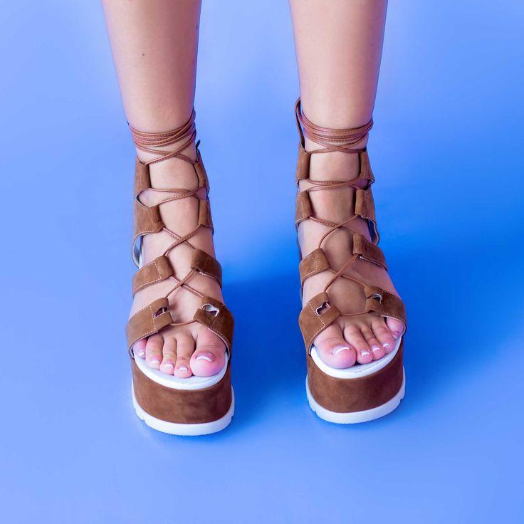 Sandalele de dama Mineli Cora sunt realizate din piele întoarsă, cu talpă ortopedică supradimensionată și…