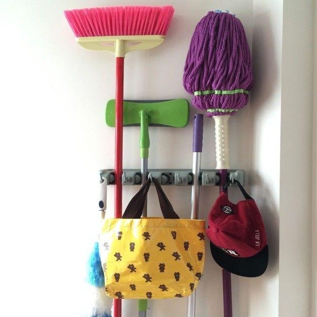 Een bezem houder dat al uw schoonmaken van hulpmiddelen georganiseerd in een gemakkelijk toegankelijke plaats houden.