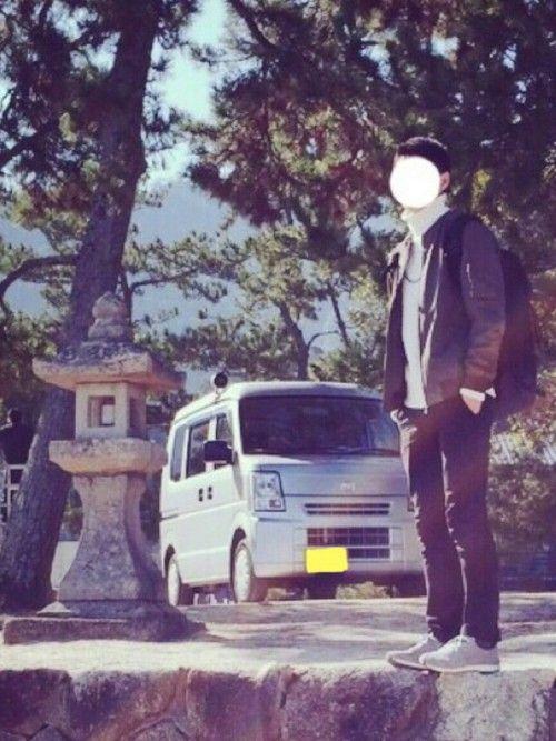 記念すべき初投稿♪ これは、3月中旬の広島での写真。 白のタートルネックにカーキのMA-1という定番