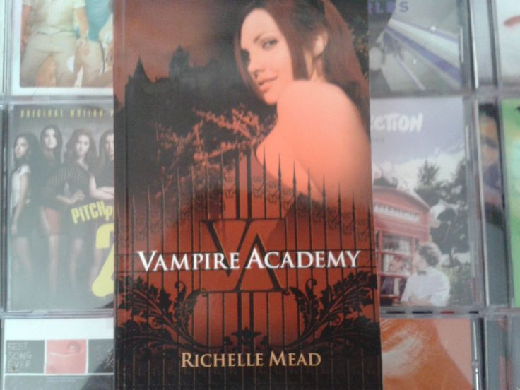 """""""Vampire Academy"""" escrito por Richelle Mead:"""
