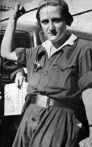 Miliciana republicana con las alas de las FARE.