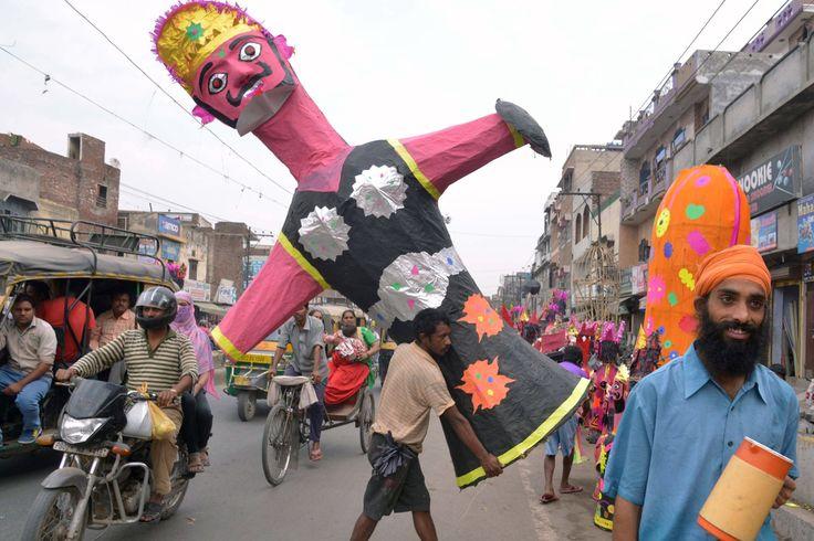 Clarin.com HD JAMMU Musulmanes participan en una procesión religiosa con motivo de la celebración del Muharram en Jammu, India, hoy 20 de octubre de 2015. Durante los diez primeros días del Muharram, el primer mes del calendario islámico, los musulmanes rinden homenaje al nieto del profeta Mahoma, Imam Hussain. (AP)