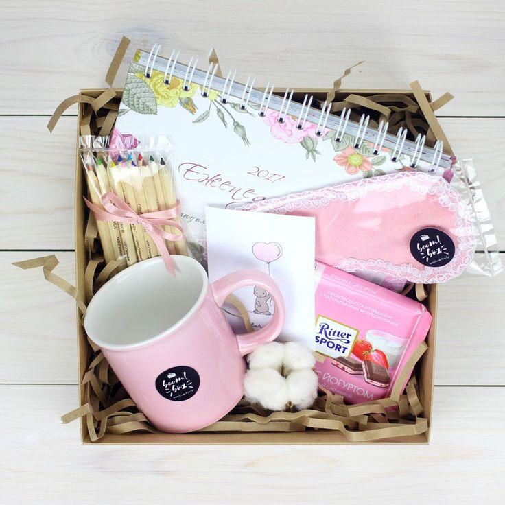 Нежный набор для девушки, в который входит: ежедневник, кружка, карандаши, открытка, шоколад, маска для сна ...