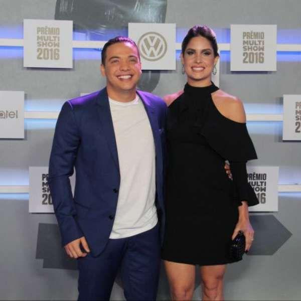 Wesley Safadão é criticado por foto com mulher e rebate fã