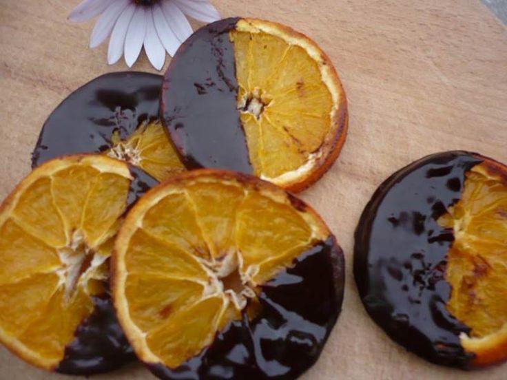 Çikolatalı Portakal Dilimleri  -  Sibel Göktürk #yemekmutfak.com Hafta sonu için hazırlayıp, keyifle yiyebileceğiniz çok lezzetli bir atıştırmalık. Çikolatalı portakal dilimlerini fırının ızgarasında pişirdikten sonra, benmari usulü eritilmiş çikolataya batırarak hazırlanan son derece kolay ve muhteşem bir tarif.
