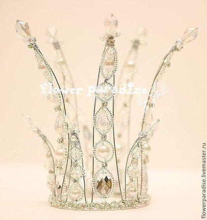 Корона - прекрасное украшение как для принцессы, так и для королевы. Корона - незаменимый аксессуар в образе снежной королевы, феи или снежинки! Прекрасно подойдёт для фотосессий и любой праздник. Корона выполнена из проволоки, с элементами бисера, стекляруса, бусин Такая корона для принцессы станет самым лучшим подарком в День рождения! Корона крепится при помощи обруча серебристого цвета или колечек для закрепления заколочками.
