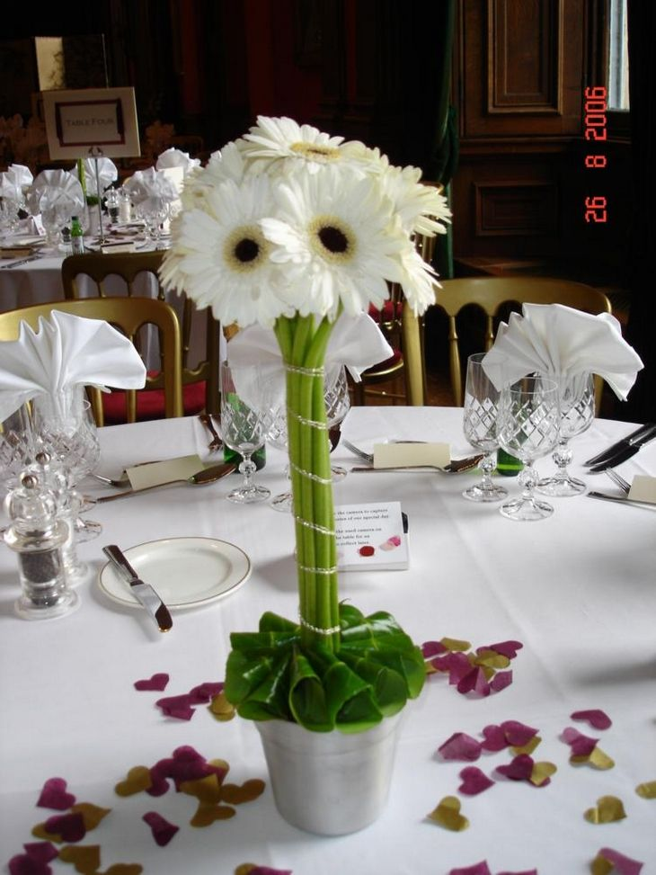 Centerpieces with pink daisies http