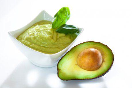 Für das Rezept Avocadodip werden die Avocados mit einem Pürierstab zu einer feinen Creme. Das Rezept wird mit Creme Fraiche ergänzt.