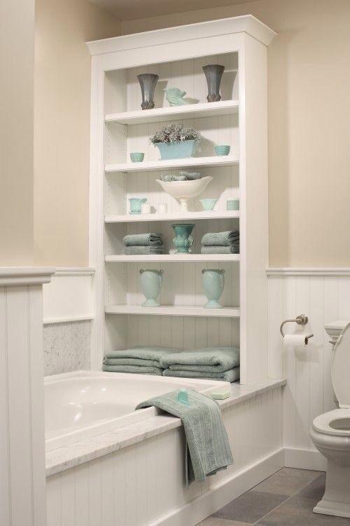 Baño con tina y mueble organizador