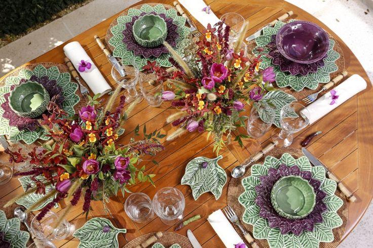 Florindo o centro da mesa, arranjos soltos, coloridos e alegres by Marcio Leme, da Milplantas, com mirra, amaranthus vinho, orquídeas onciduim, com miolo amarelo com vinho, tulipas roxas, capim-do-texas, e folhagem de nandina.