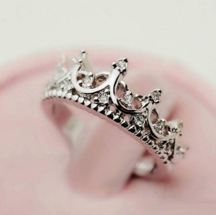 25 Anillos de compromiso en forma de corona que tu princesa interior desea…