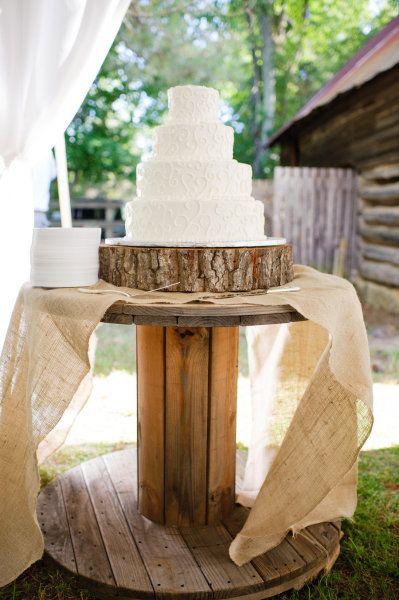 Rustic wedding cake display buite vereeniging het ek n plek gesien wat die goed het..... of n wyn vat