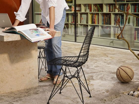 Great news #Eichler owners who want an Eames chair that can work with their indoor/outdoor lifestyle. If this @vitra chair gets left outdoors that's ok, it is built for it.  |   vitra.com
