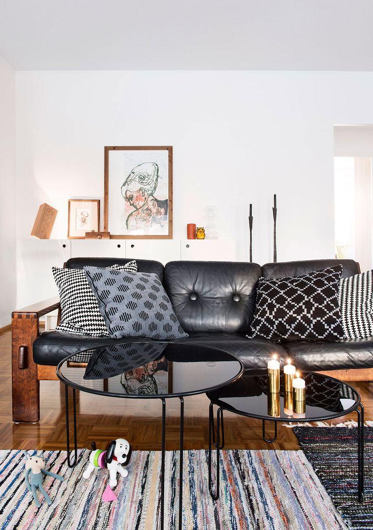 Muotoilijapari pisti kerrostalokodin kokonaan uusiksi – tällainen siitä tuli : : mustavalkoinen sisustus, vaalea sisustus, tehostevärit, minimalistinen, sommitelmat, asetelmat, scandinavian living, finnish design, black and white, decoration