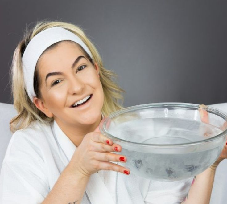 Alice Salazar fala sobre a técnica coreana Jamsu. Essa técnica consiste em mergulhar o rosto, depois de maquiado, em água com gelo. A promessa é o fechamento dos poros, a uniformidade da pele e a durabilidade da maquiagem