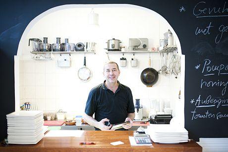 Vlado Skovrlj werkte tien jaar als chef kok bij 't Paleis, een populair eetcafé vlakbij de Dam. Daarna was hij freelance privéchef en gaf ze...