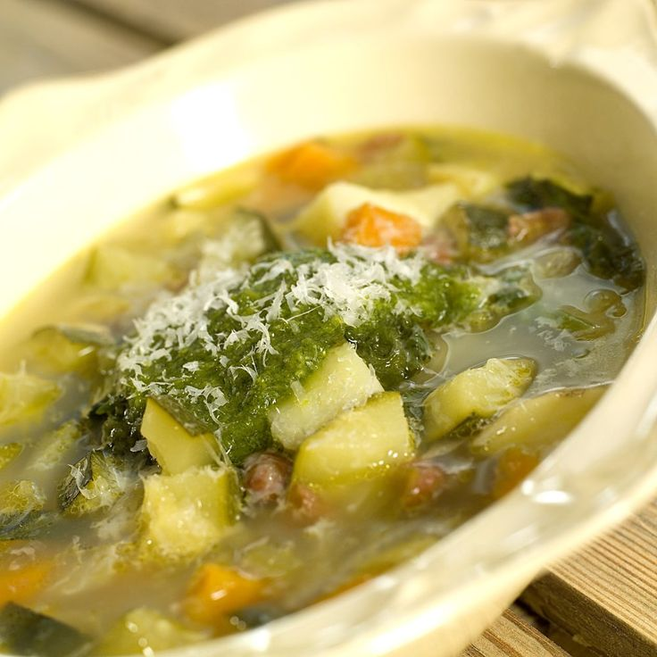 Italiens minestronesuppe med basilikumpesto