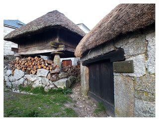 Portão de madeira na entrada de celeiro em Piornedo, em Cervantes, na serra dos Ancares, Lugo, Galícia, Espanha.