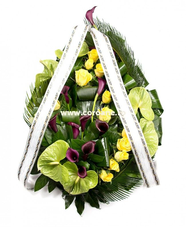 Coroana este realizata din cale negre, trandafiri, anthurium si un mix de verdeata interesant. Atasare mesaj coroana gratuit. Dimensiune coroana lacrima: 70 cm.