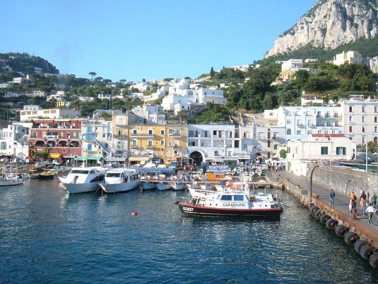 In viaggio Napoli - #Capri. Arrivo al porto dell'isola azzurra. http://www.navlib.it/