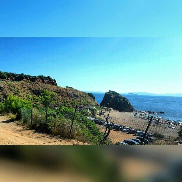 Cala Seregola- Isola d'Elba:spiaggia con sabbia rossa nei pressi di un'antica miniera