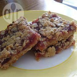 Фото рецепта: Овсяные пирожные-крошка с малиновым вареньем