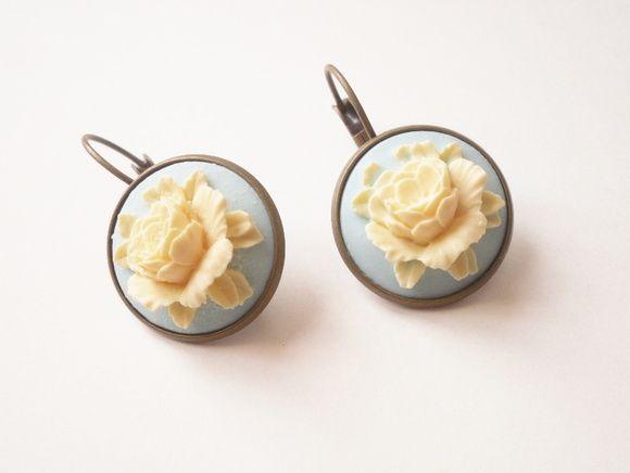 Flores, flores, flores...  Um brinco básico com a  cara do verão!  Flores coloridas em resina com base do brinco em metal ouro velho. R$ 29,00