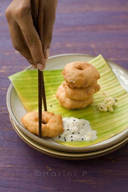 Ullundu or Medu Vadai and Chutney| Tambrahm recipes | © tongueticklers.com