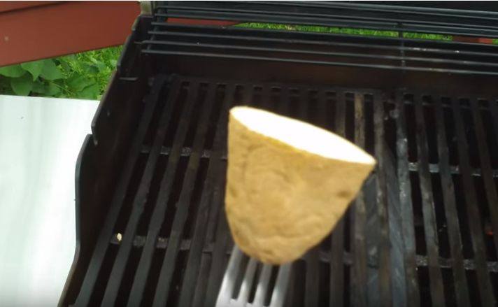O verão está a chegar e quem diz verão também diz churrasco!  Se estás à procura de uma maneira de impedir que os alimentos fiquem colados as grelhas de churrasco sem usar óleo ou produtos químicos, aqui está a solução perfeita!