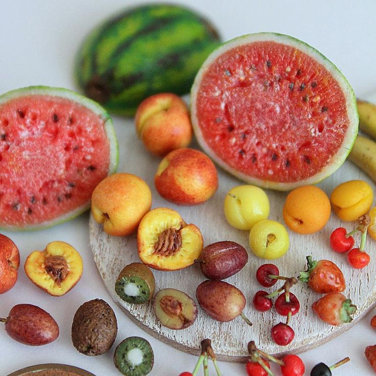 Buon Ferragosto a tutti 🍉 1/12 Th summer fruits make them In 2015 🍓🍉🍒🍌 #ferragosto #cagliari #sardegna #calagonone #handmade #fimo #polymerclayminiaturefood #polymerclay #jewels #kawaii #sardegna #italia #italy #anguria #watermelon #peach #pesca #pretty #cute #miniature #minis #frutta #fresca