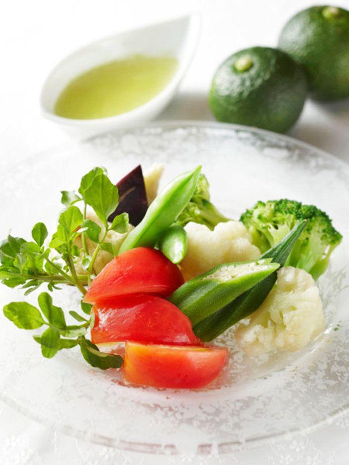 冬場に活躍するゆず。熟す前の青ゆずは、体を温めるだけでなく解熱効果があり、また肌荒れを鎮静させる働きもある注目食材。清涼感たっぷりの芳しい青ゆずとソーダ水を使った新感覚のドレッシングで、食欲がないときも野菜をたっぷり食べよう。 『ELLE gourmet(エル・グルメ)』はおしゃれで簡単なレシピが満載!