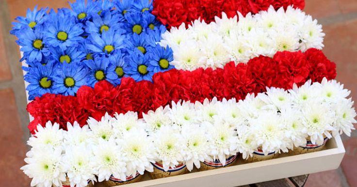 Crea una bandera como centro de mesa utilizando frascos de conservas en tan solo siete pasos. El Cuatro de Julio, celebra a tu bandera creando este centro de mesa floral único, de color rojo azul y blanco. En él, se utilizan las flores y los frascos de conservas para formar una bandera. No solo será una decoración patriótica para tu mesa sino que los arreglos florales individuales también servirán como un recuerdo de la fiesta que puedes ...