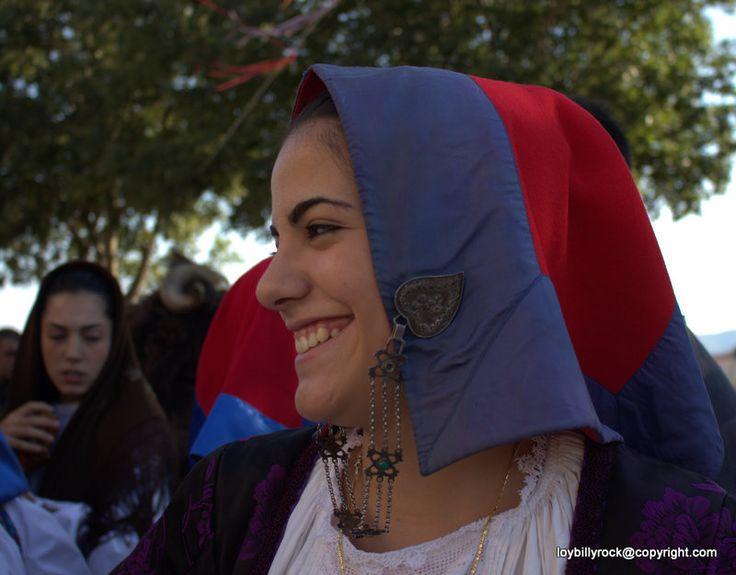 Il costume femminile di  Seui, come gli altri del circondario, è caratterizzato dal copricapo di panno rosso con bordo azzurro tenuto da una catena d'argento...  tratto da  I costumi della Sardegna, Annara Maria Colomo, G. Speziale